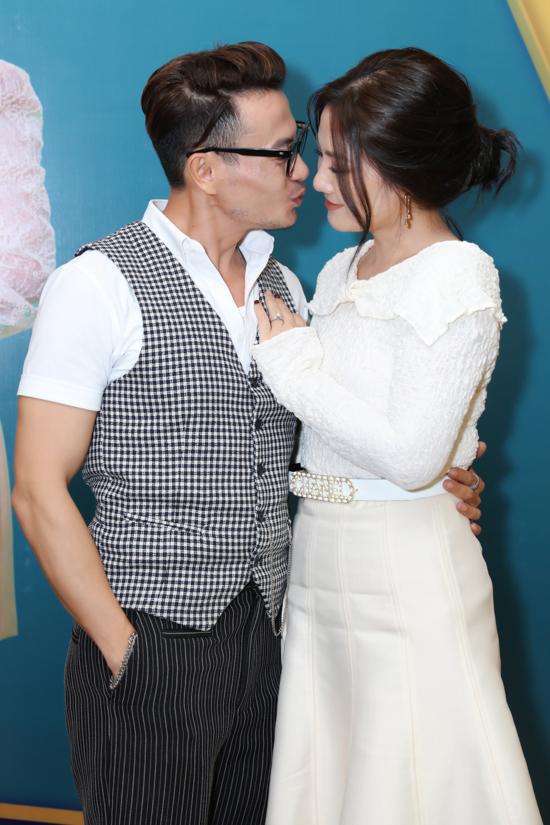 Cặp diễn viên quấn quýt, thân mật trong sự kiện ra mắt phim Trói buộc yêu thương. Trương Thanh Long hứa sẽ thực hiện một bộ sưu tập dành riêng cho Ngọc Lan sau khi phim phát sóng.