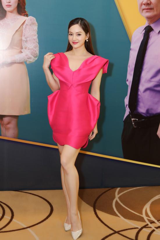 Lan Phương khoe dáng thon thả và làn da trắng khi diện bộ váy hồng. Cô đóng vợ của Trương Thanh Long.