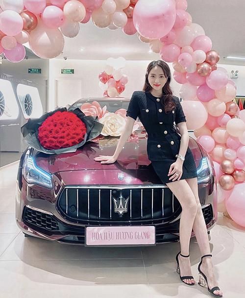 Khi tham gia các sự kiện quan trọng của công ty, các nàng có thể tham khảo mẫu váy cổ điển của Hương Giang.