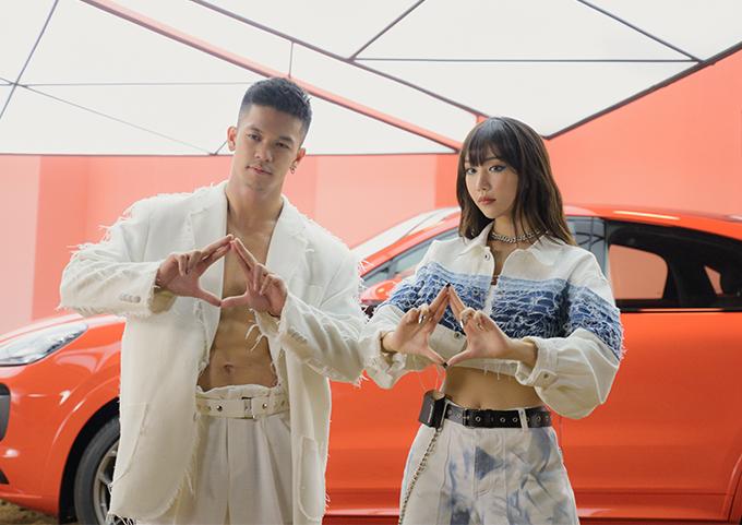 Có màn kết hợp trong dự án DNA Love, hai ca sĩ mặc đồ đồng điệu. Trong khi Min khoe vòng eo con kiến với crop-top cá tính thì Trọng Hiếu phanh áo khoe bụng sáu múi.