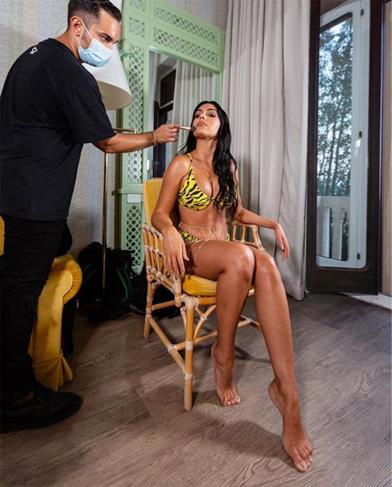 Georgina Rodriguez phô diễn đường cong bốc lửa khi chuẩn bị chụp ảnh quảng cáo. Ảnh: Instagram.