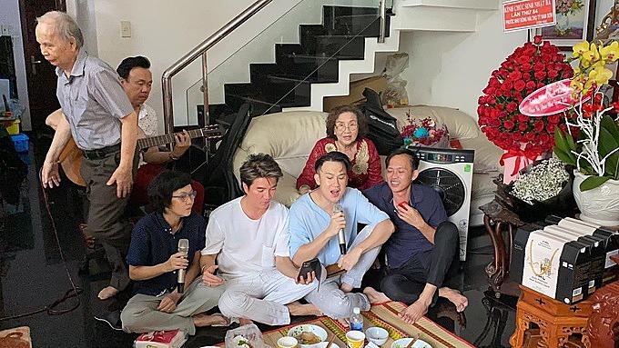 Mọi người cùng ăn uống và đàn hát vui vẻ.