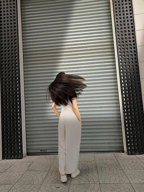 Ca sĩ Hiền Thục thích thú khi đùa giỡn với mái tóc dài bồng bềnh.