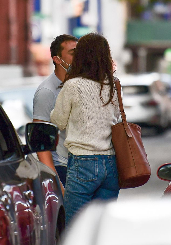 Cặp đôi hôn nhau tạm biệt trên phố.