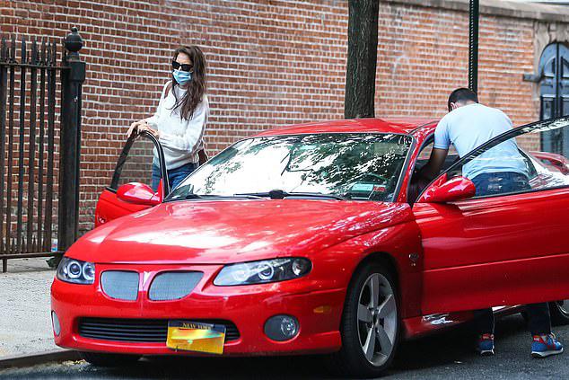 Bạn trai lái xe đưa Katie Holmes về nhà cô chiều muộn 13/9. Trước đó, theo tiết lộ của các tay săn ảnh, cặp uyên ương đã hẹn hò cả buổi tại nhà riêng của Emilio Vitolo Jr.