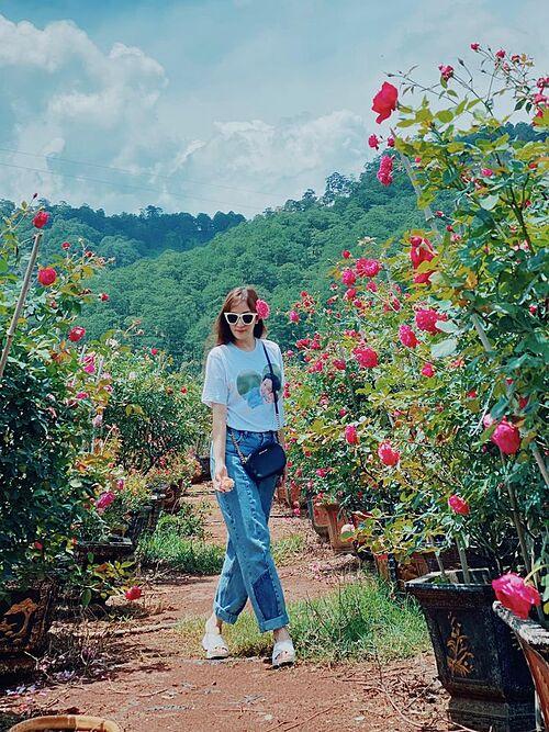 Khánh Thi tạo dáng nhí nhảnh giữa vườn hồng.