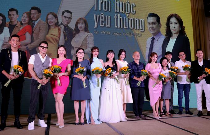 Phim Trói buộc yêu thương xoay quanh câu chuyện gia đình bà Lan (nghệ sĩ Kim Xuân) - một phụ nữ quyền lực, thương con nhưng hay áp chế các con phải sống theo sự sắp đặt của mình. Vì vậy cuộc sống gia đình bà luôn ngột ngạt, bức bối. Phim do đạo diễn Hùng Phương chỉ đạo thực hiện, phát sóng vào 21h thứ hai, thứ ba, thứ tư hàng tuần trên kênh VTV3, từ ngày 21/9.