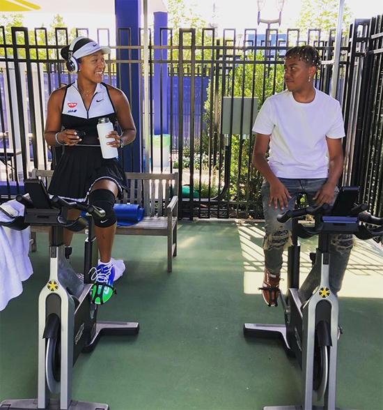 Trẻ tuổi, tài năng và da màu, bạn trai quán quân Mỹ mở rộng 2020 chú thích ảnh đôi trẻ vừa tập đạp xe vừa nhìn nhau nhau hôm 2/9.