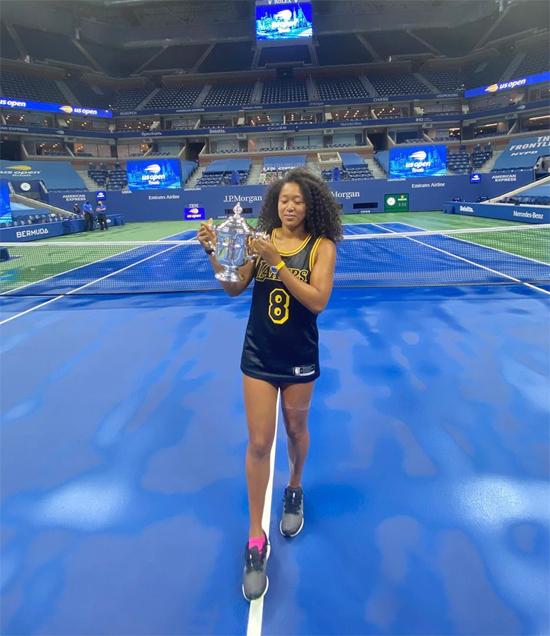 Tân vương Mỹ mở rộng mặc chiếc áo đấu của huyền thoại bóng rổ quá cố Kobe Bryant - người thiệt mạng trong tai nạn máy bay trực thăng cùng con gái hồi đầu năm - sau khi nâng Cup. Tôi mặc chiếc áo này mỗi ngày sau các trận đấu. Tôi thực sự nghĩ rằng nó truyền sức mạnh cho tôi, luôn là như vậy, Naomi Osaka thổ lộ.