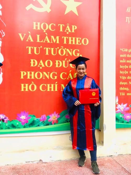Diễn viên Thanh Hoa nhận bằng tốt nghiệp ngành sư phạm thể dục thể thao.