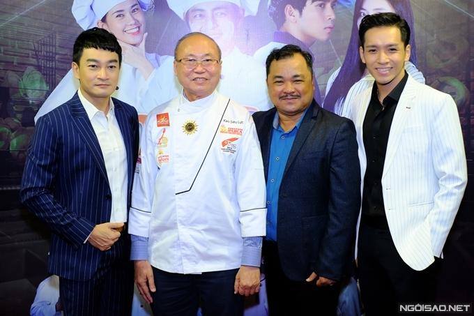 Thợ làm bánh nổi tiếng Kao Siêu Lực (thứ hai từ trái sang) cố vấn chuyên môn và hỗ trợ bối cảnh xưởng bánh cho đoàn phim.