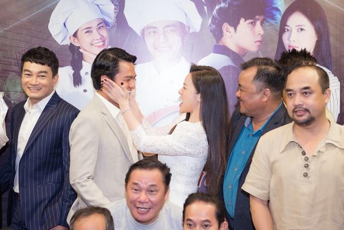 Nhật Kim Anh trêu đùa đàn anh trong sự kiện.