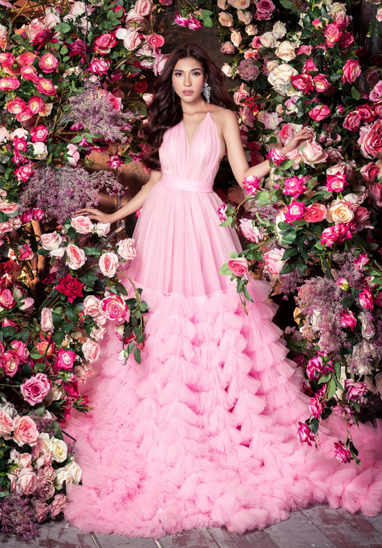 Thúy Diễm chăm chỉ làm mẫu ảnh trong khi chờ đợi vai diễn mới. Nữ diễn viên quyến rũ trong thiết kế váy dạ hội gam hồng ngọt ngào, mái tóc uốn bồng bềnh.