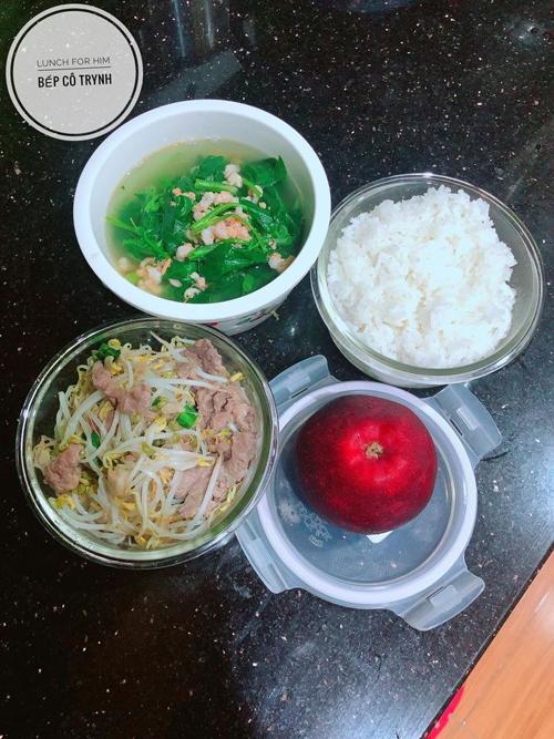 Thịt bò xào giá đỗ, canh rau muống nấu tôm, táo là một gợi ý cho bữa trưa từ Tuyết Trinh. Mỗi suất cơm trưa tự nấu được 9X ước tính có giá trung bình từ 40-50.000 đồng/suất.