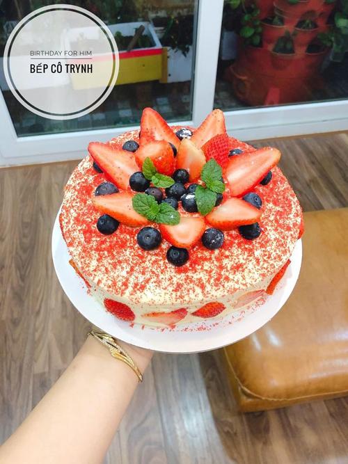 Chiếc bánh sinh nhật do Tuyết Trinh lọ mọ làm tới 0h để tặng người yêu.