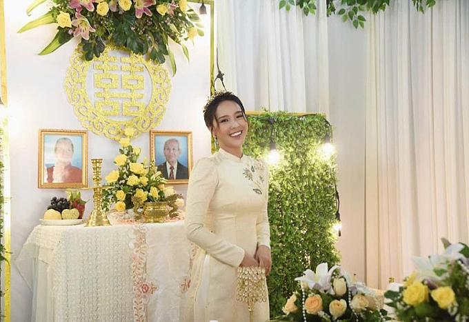 Không gian trong nhà mang phong cách nhẹ nhàng, tông vàng chủ đạo, được đặc biệt chú trọng nơi ban thờ.