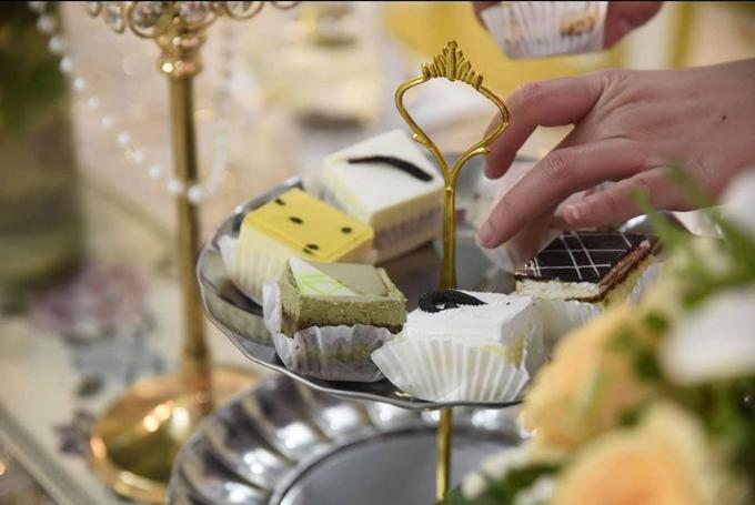 Nhà gái chuẩn bị trà, bánh để tiếp đón khách. Buổi lễ có sự góp mặt của họ hàng hai bên và đội bê tráp khoảng 70 người.