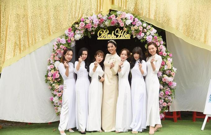 Cô dâu chụp hình bên dàn nữ bê tráp. Phan Phương và Tuấn Khải thống nhất chọn áo dài vàng cho phù hợp concept của buổi lễ.