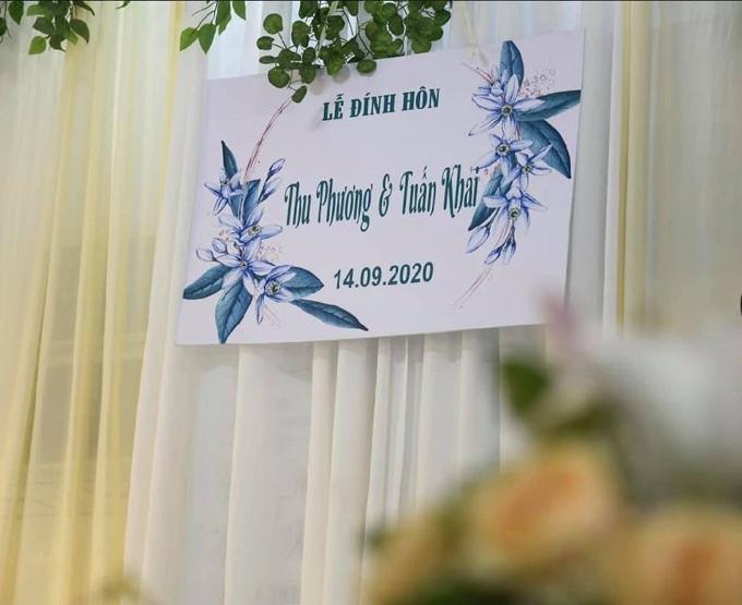 Tấm bảng thông báo lễ đính hôn có họa tiết hoa.