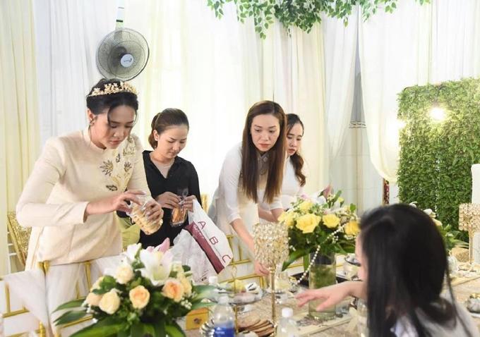 Cô dâu Phan Phương cũng tham gia vào công tác chuẩn bị trước khi nhà trai tới. Do nhà tôi ở khu vực xa xôi nên tôi nhờ chị họ trang trí cho buổi lễ, đem đồ từ TP Biên Hòa để dựng rạp...,