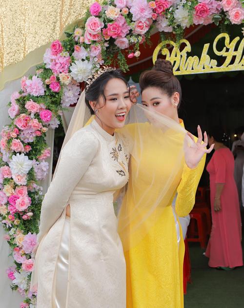 Cô dâu và em chồng hoa hậu có nhiều khoảnh khắc tinh nghịch trong buổi lễ.