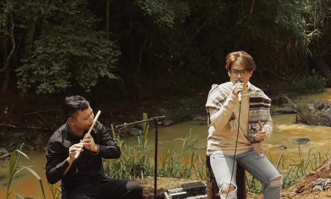 Bài hát được phối lại tươi mới với làn điệu dân ca của Hoa Thơm Bướm Lượn với tiếng sáo du dương. Lần này, Hà Anh Tuấn đầu tư hơn cho tiết mục với sự phối hợp nhuần nhuyễn các loại nhạc cụ.