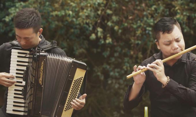 Video được thu tiếng trực tiếp trong rừng. Âm nhạc lần này mang màu sắc acoustic khi anh kết hợp guitar, tiêu sáo, accordion, digeridoo... vào bản phối của mình.