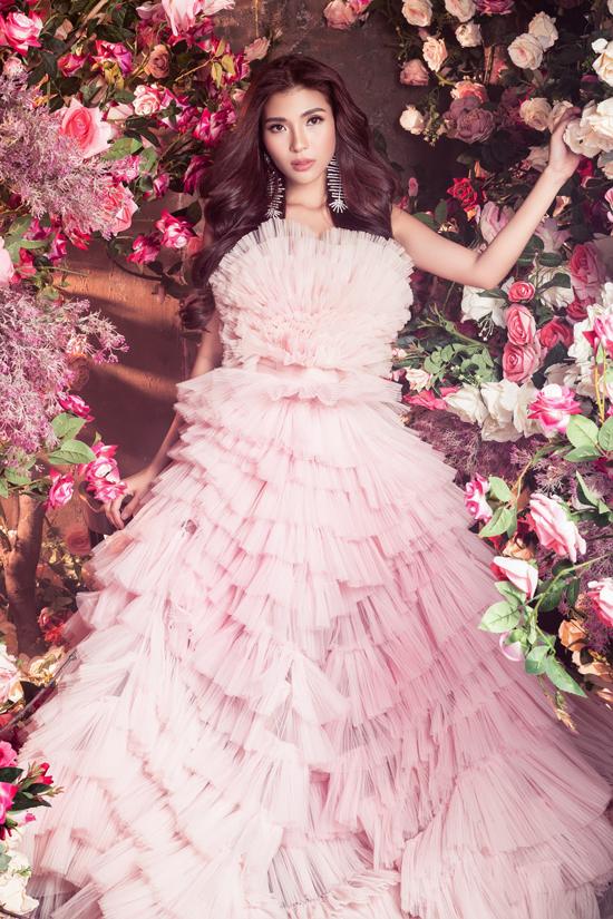 Bà xã của diễn viên Lương Thế Thành khoe nhan sắc yêu kiều bên những đóa hồng.