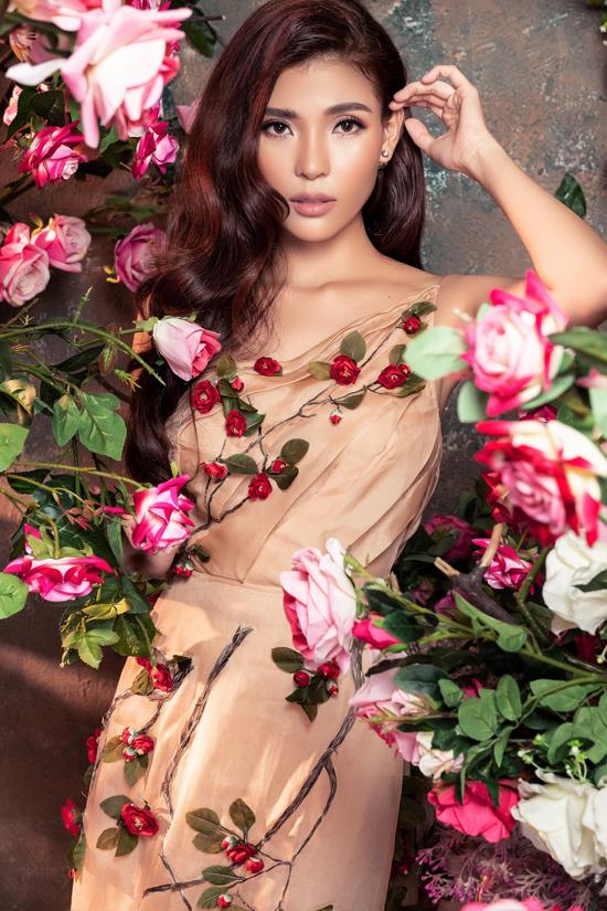 Váy dây màu nâu nhạt với điểm nhấn là những đóa hoa nổi tôn vẻ duyên dáng, yêu kiều của Thúy Diễm.