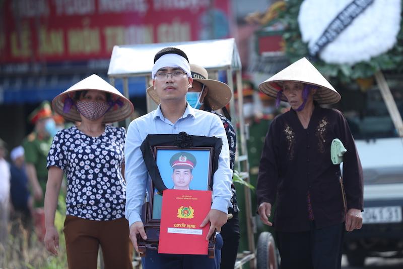 Người thân đưa tiễn đồng chí Nguyễn Văn Mạnh về nơi an nghỉ cuối cùng.