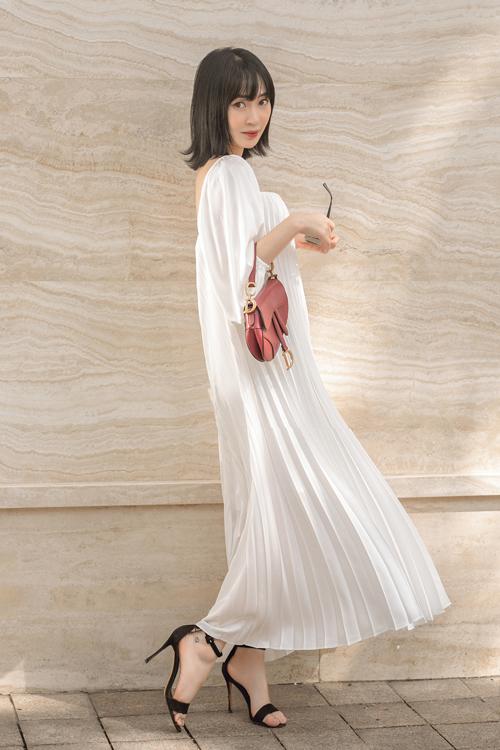 Từ mẫu đầm hai dây, xếp ly ở mùa hè, nhà mốt Việt tiếp tục lăng xê chất liệu vải hot trend qua các mẫu váy suông không kén dáng.