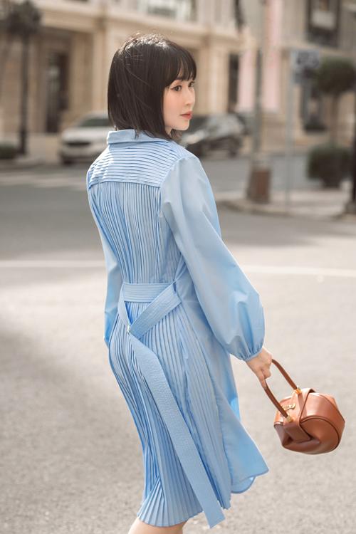 Mẫu đầm mang hơi hướng phong cách cổ điển được bố trí phần xếp ly độc đáo để tạo điểm nhấn cho thân sau.