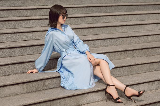 Sử dụng màu đơn sắc như trắng và xanh dương nhạt nhưng Adrian Anh Tuấn áp dụng kỹ thuật draping để mang tới sức hút cho từng kiểu váy dạo phố.