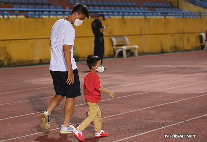 Trong khi đó, Duy Mạnh xuống sân chúc mừng chiến thắng của CLB Hà Nội. Sau đó, anh đưa bé Sóc - con trai Văn Quyết vào phòng thay đồ gặp bố.