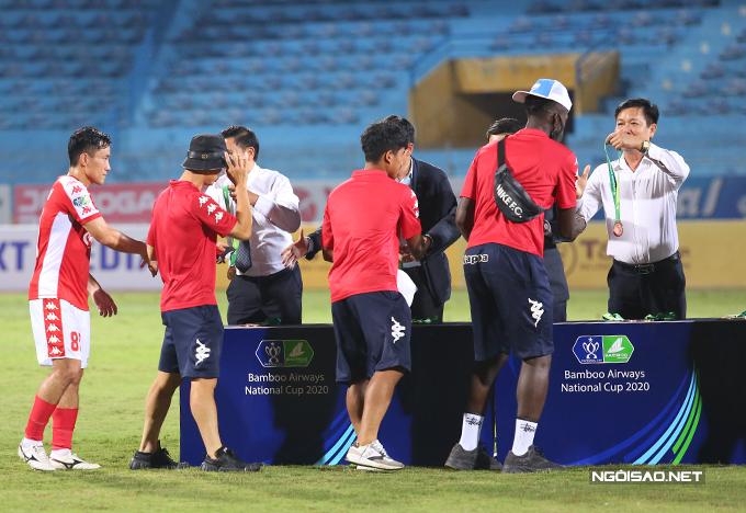 Công Phượng và các đồng đội nhận HC đồng khi dừng chân tại bán kết Cup Quốc gia. Tiền đạo người Nghệ An không thể thi đấu ở trận đấu này do đã nhận hai thẻ vàng trước đó.