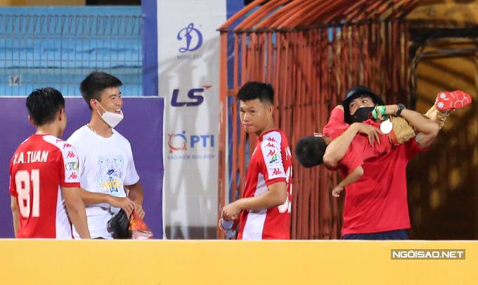 Trên đường đi, Duy Mạnh gặp Công Phượng và nhóm cầu thủ TP HCM. Công Phượng lao vào bế bổng con trai Văn Quyết.