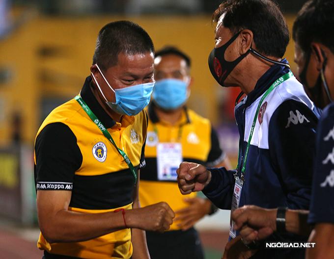 HLV Chung Hae-seong cùng các trợ lý của CLB TP HCM sang chào hỏi ban huấn luyện của Hà Nội. Thay vì bắt tay, hai bên dùng nắm đấm chạm nhẹ vào nhau.