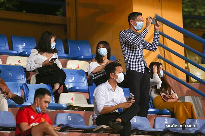 Ở trận đấu này, ban tổ chức cho phép một lượng nhỏ khán giả vào sân nhưng phải đeo khẩu trang và giữ khoảng cách.
