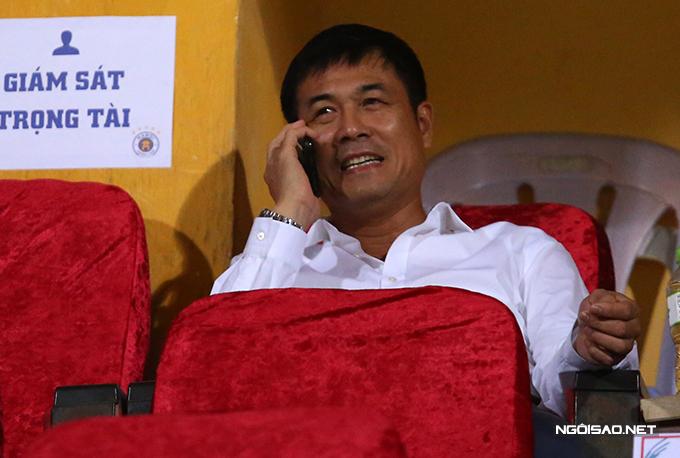 Chủ tịch CLB TP HCM Nguyễn Hữu Thắng cũng có mặt trên khán đài.