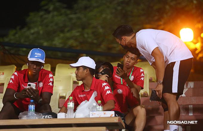 Tối 16/11, Văn Hậu (áo trắng) có cuộc gặp gỡ với Công Phượng (mũ đen) trên khán đài sân Hàng Đẫy khi CLB Hà Nội tiếp đón TP HCM ở vòng bán kết Cup Quốc gia. Hai tuyển thủ Việt Nam hỏi han nhau sau vài tháng không gặp mặt.