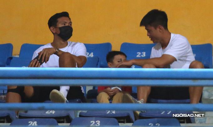 Duy Mạnh chăm sóc bé Sóc, con trai của Văn Quyết. Trung vệ sinh năm 1996 cũng đang điều trị chấn thương, chỉ có thể trở lại thi đấu vào năm sau.