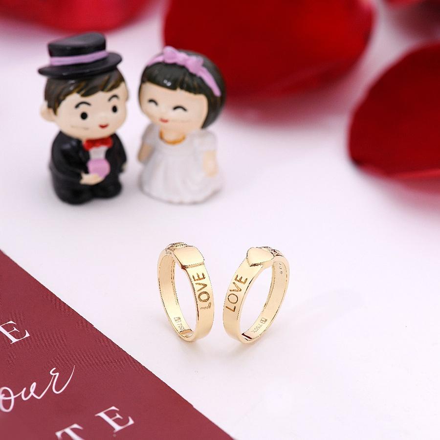 Nhẫn nam đơn giản, nhẫn nữ đính đá: Năm nay, nhẫn cưới đính đá hoặc đính kim cương được đa phần các cặp cô dâu và chú rể ưa chuộng tại Bảo Tín Minh Châu. Cô dâu yêu thích đính nhiều đá cách điệu tạo nên vẻ đẹp nữ tính hay các chú rể theo phong cách đính một viên đá hoặc kim cương mang vẻ đẹp quý phái, sang trọng.