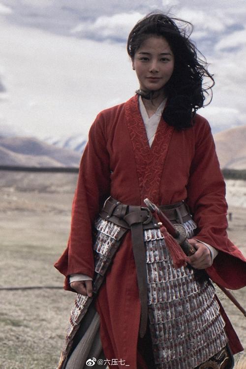 Sau khi hình ảnh hậu trường phim Mulan được tiết lộ, các bức ảnh của nữ diễn viên đóng thế được chia sẻ liên tục trên mạng xã hội Trung Quốc. Nhiều người đặt câu hỏi: Có phải đã Disney nói dối? Chẳng phải họ từng khẳng định Lưu Diệc Phi tự đóng các cảnh hành động sao?. Phản hồi điều này, phía Disney cho hay Lưu Diệc Phi rất lăn xả vì vai diễn, tự mình đảm đương 90% cảnh mạo hiểm. Nhưng để đảm bảo an toàn cho diễn viên và tiến độ quay phim, nhà sản xuất vẫn sử dụng diễn viên đóng thế trong một số cảnh.