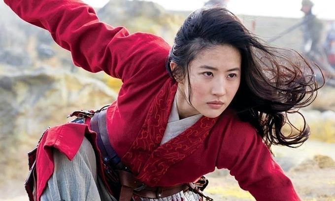 Mulan chiếu trực tuyến trên Disney+ từ 4/9 và ra rạp ở Trung Quốc từ 11/9. Ban đầu, phim được một số báo lớn ở Mỹ khen ngợi. Nhưng tại Trung Quốc, phim bị chê xa lạ với văn hóa Trung Hoa, sai lệch về niên đại. Lần đầu đóng chính phim Hollywood, Lưu Diệc Phi gây thất vọng vì diễn đơ cứng, không cảm xúc. Được kỳ vọng là thị trường hái ra tiền cho Mulan, Trung Quốc đem về cho phim doanh thu khiêm tốn 23 triệu USD sau ba ngày chiếu đầu tiên.