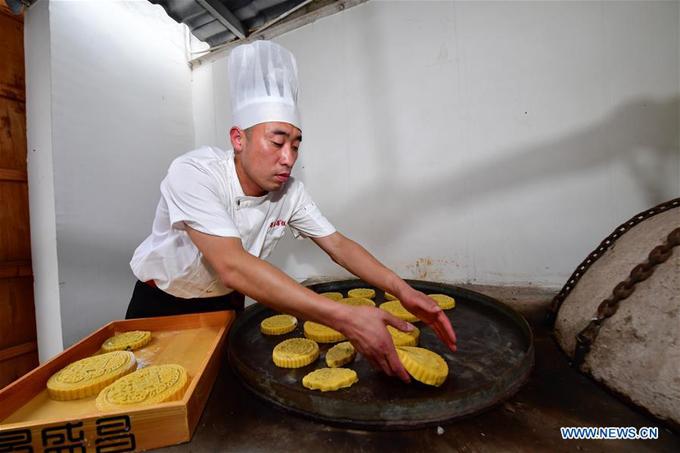 Những chiếc bánh có kích cỡ khác nhau, từ nhỏ xinh đến siêu to khổng lồ, tùy vào nhu cầu của khách. Bánh Trung thu Trung Quốc thường dẹt và lớn hơn bánh Trung thu Việt Nam.