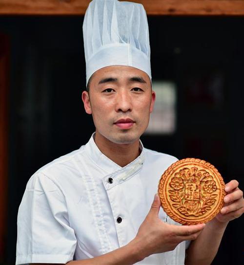 Chiếc bánh thành phẩm khi ra lò. Anh Zhang cho biết: Tiệm bánh của chúng tôi sở hữu kho báu tuyệt bời nhất chính là kỹ năng làm bánh. Tôi sẽ cố gắng thừa kế cơ nghiệp của gia đình và truyền cho thế hệ mai sau.