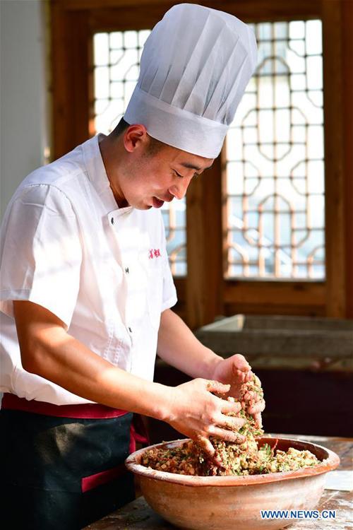Anh Zhang cho biết, để biết được bánh ướt hay khô, người thợ chỉ có thể cảm nhận bằng cách cầm nắm trên tay để đánh giá dựa vào kinh nghiệm nhiều năm.