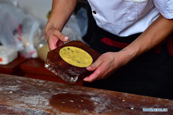 Chiếc khuôn gỗ để tạo hình cho bánh đã được sử dụng qua hàng chục năm. Hiện nay, những tiệm bánh khác cũng đã sử dụng nhiều phương tiện hỗ trợ hiện đại hơn. Nhưng những vị khách lâu năm vẫn thích bánh làm từ khuôn gỗ mộc mạc.