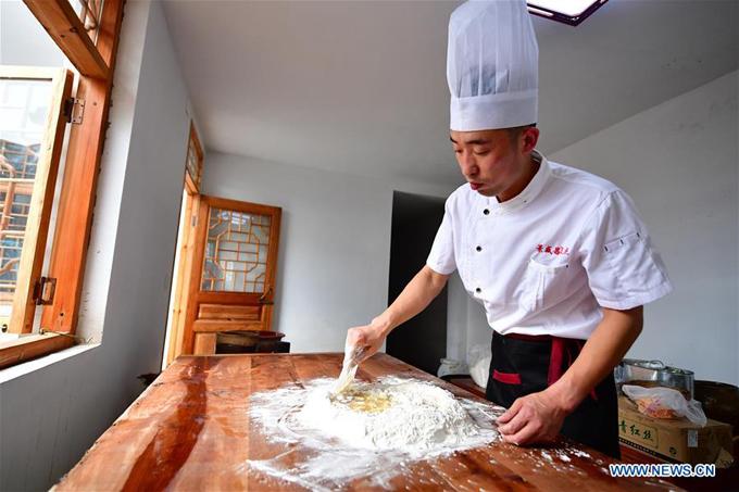 Anh Zhang Xu 31 tuổi, là người đang tiếp quản tiệm bánh gia truyền 160 năm tuổi. Sau khi tốt nghiệp trung học, anh Zhang trở về gia đình và học nghề truyền thống của gia đình. Cửa hàng bánh này mở cửa từ cuối đời Thanh, luôn là một trong những nơi bận rộn nhất tỉnh Hà Nam vào tháng 8 âm lịch vì lượng khách đặt hàng rất lớn.