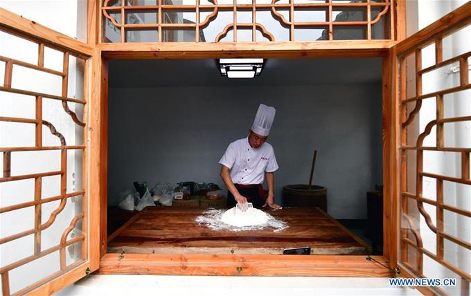 Tiệm bánh Trung thu Jingshengchang tại huyện Xiayi, tỉnh Hà Nam (Trung Quốc) đang bắt đầu vào mùa bận rộn nhất trong năm. Được hình thành từ năm 1860, thương hiệu bánh truyền thống này vẫn giữ nguyên hương vị và cách chế biến từ thời cha ông để lại.